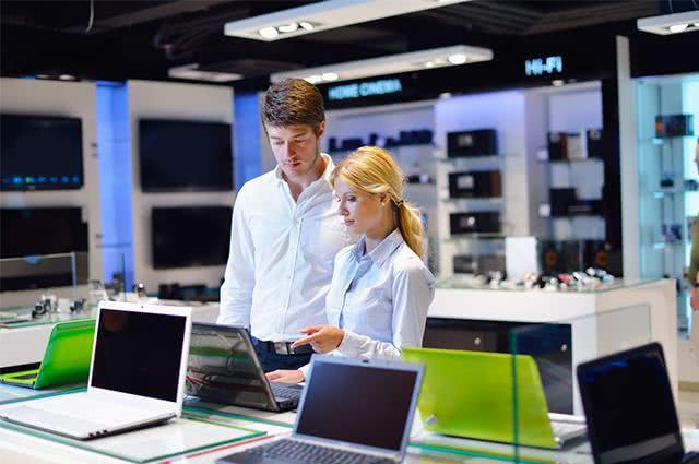Casal em loja de informática