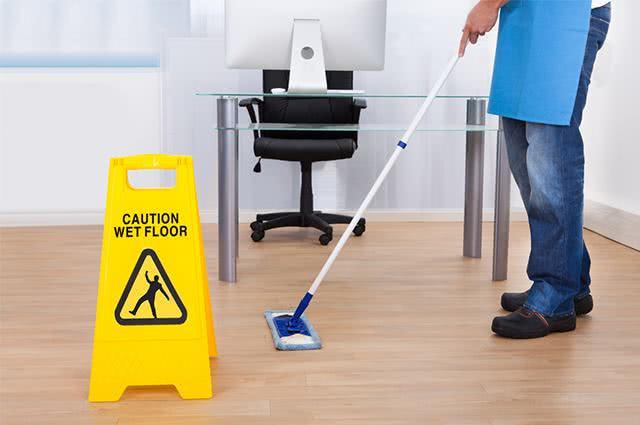 Profissional limpando o chão