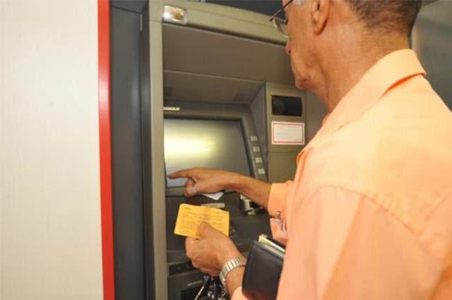 Imagem de cliente em caixa eletrônico de banco