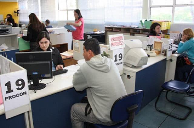 Imagem de mesa de atendimento no Procon de Mogi das Cruzes (SP)