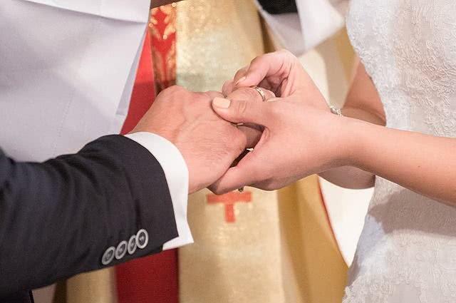 Imagem de colocação de alianças de noivos em casamento