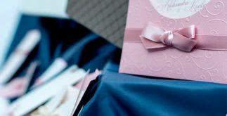 O que incluir em um convite de noivado?