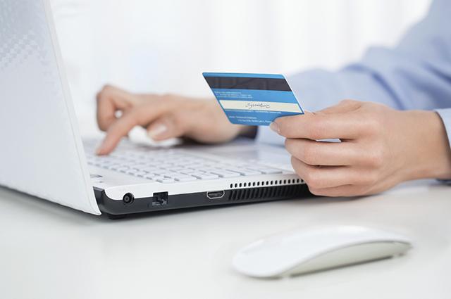 A conta corrente e a conta salário se diferem, principalmente, pela taxa de manutenção cobrada