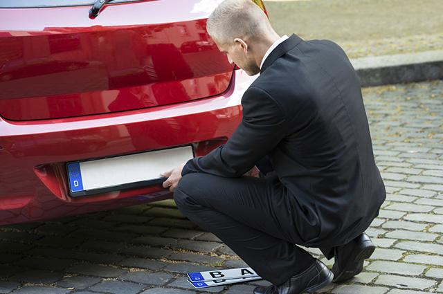 Colocar placa é uma das ações obrigatórias que precisam ser feitas assim que se adquire um veículo