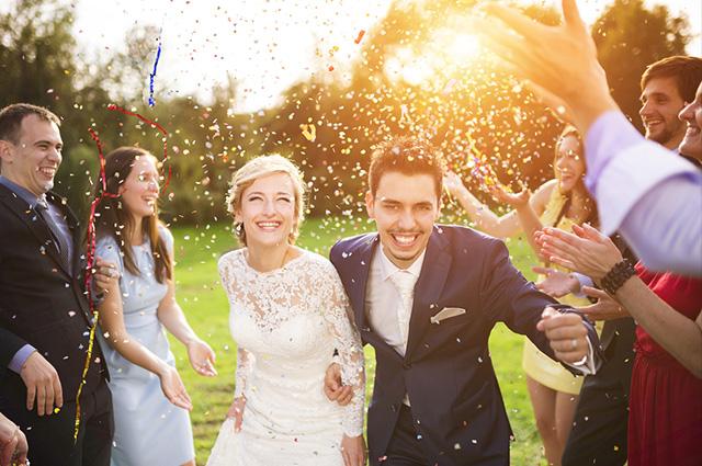 Para os convites de casamento durante o dia é ideal usar cores claras e tons pasteis