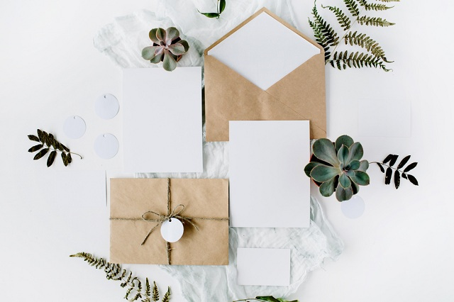 Utilize barbante para lacrar o envelope do convite de casamento no sítio ou na fazenda