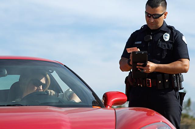 Para recorrer de multas irregulares, o condutor precisa se dirigir ao Detran da sua cidade